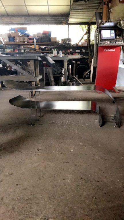 Meuble Tv métal pour les amateurs de meubles design en acier industriel. Fabrication artisanale française sur Montpellier Raw Steel métallerie.